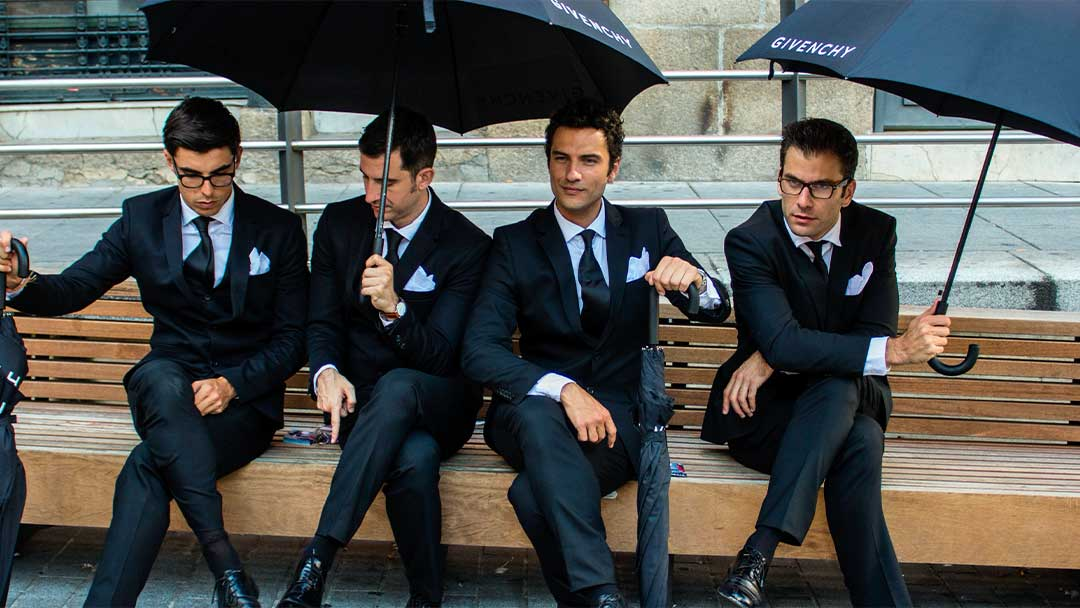 Gentlemans de Givenchy sentados en un banco