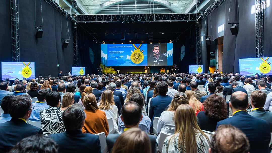 Gente asistiendo a una conferencia de Salesforce