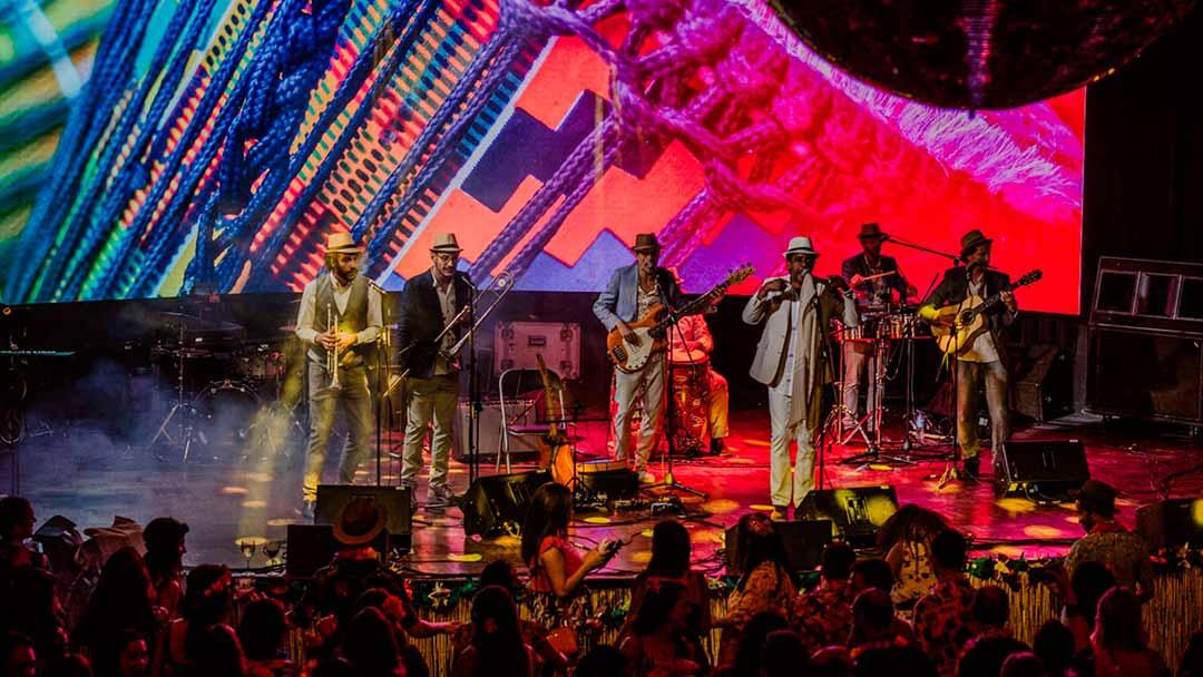 Banda cantando música caribeña