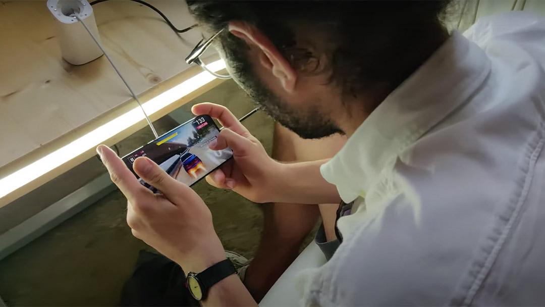 Persona jugando en el móvil