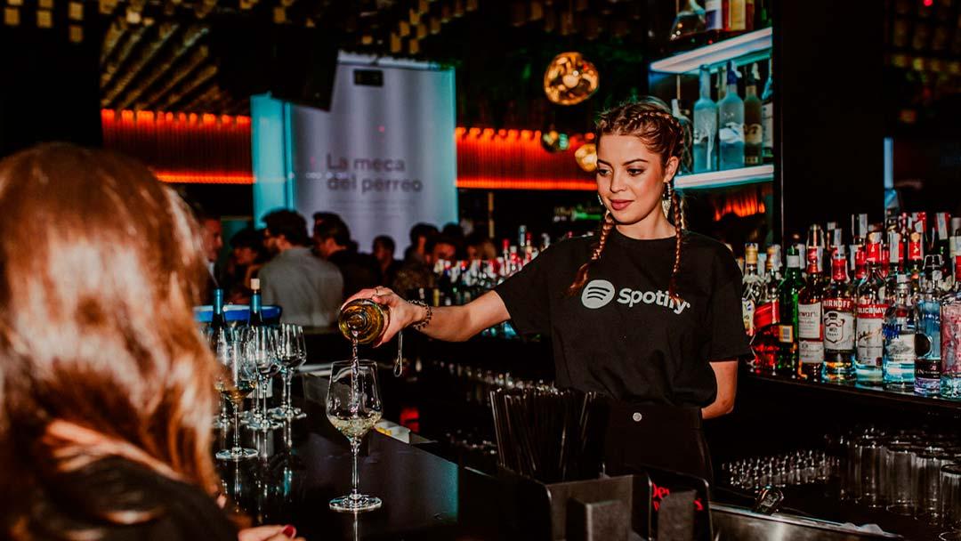 Camarera sirviendo en la fiesta de Spotify